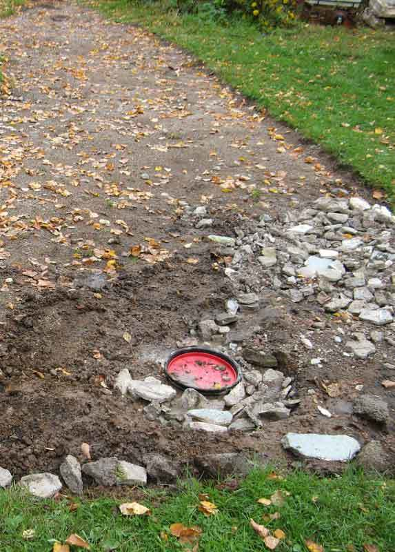 Kiviä kerättiin paikkaan, johon vesi kerääntyi, ja salaojaputken kerääjä tyhjensi osaltaan lätäkköä