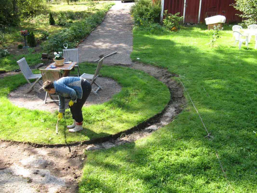 Mittailimme pihan ympyrän ruoho-osuuden leveyttä, jotta ympyrästä tulisi tasainen