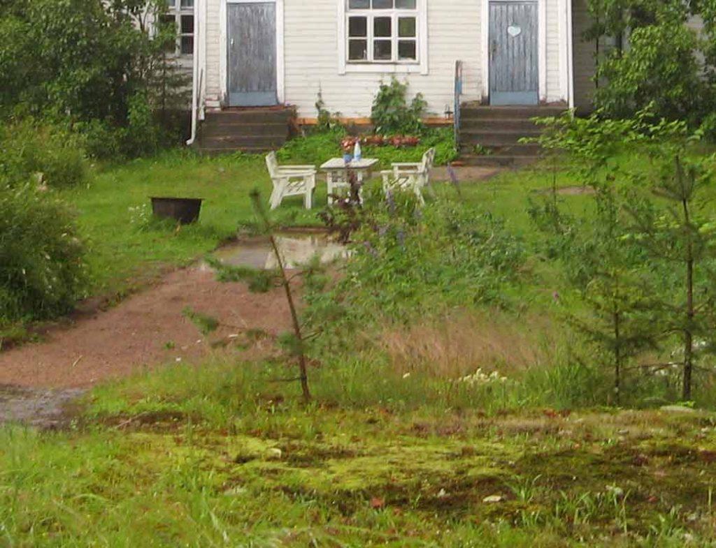 Ostaessamme talon vesi keräätyi pihatielle sateella isoksi lätäköksi, joka laajeni usein nurmikolle asti