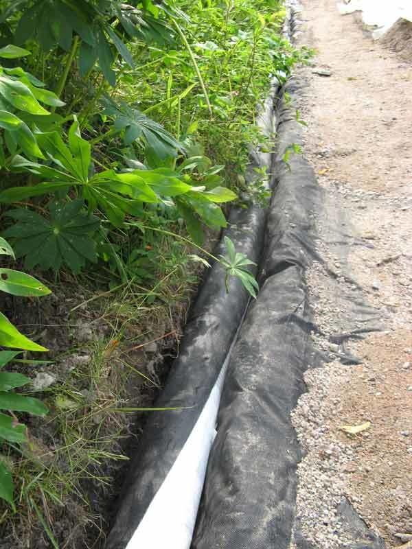 Salaojaputki asetettiin kulkemaan tien reunaa